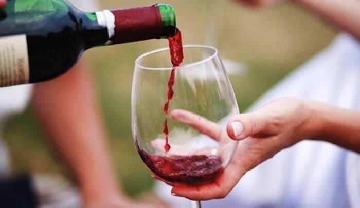 Cách cầm ly rượu vang đúng cách
